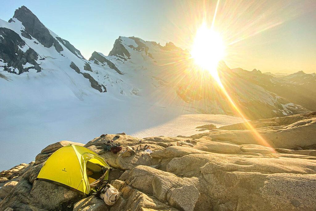 Las tiendas de montañismo son fuertes, livianas y tienen áreas de piso pequeñas.