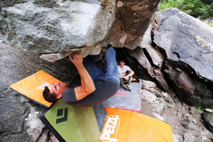 Pequeña, ligera e ideal en combinación con almohadillas más grandes: la colchoneta de de escalada Black Diamond Impact.