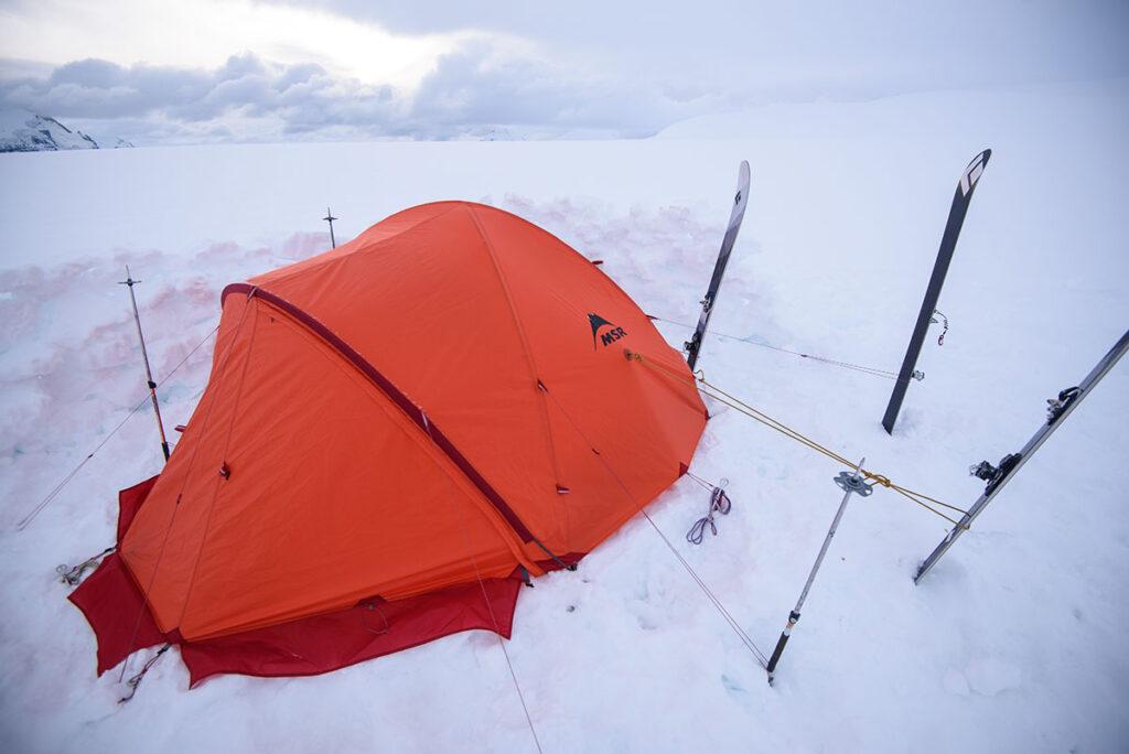Los esquís y bastones de esquí son muy útiles para asegurar la carpa.