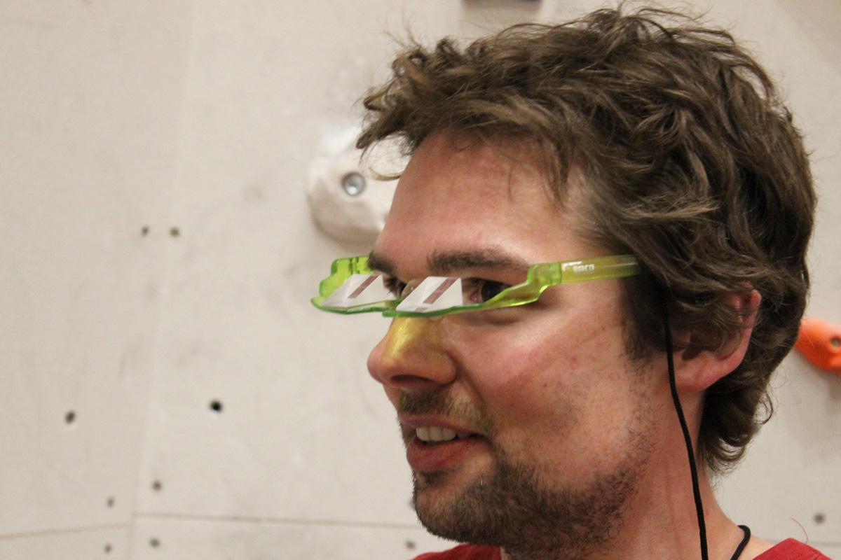 Mire hacia adelante, mire hacia arriba: las gafas de seguridad ayudan a los escaladores. |